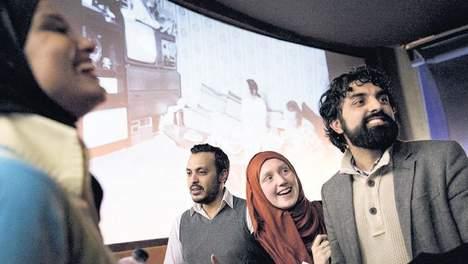 © Inge van Mill. Nourdin El Ouali, lijsttrekker van Nida, tijdens de première van de documentaire 'Mijn vader, de expat', afgelopen zondag in Rotterdam. Onder: fotopresentatie over de eerste generatie Marokkanen in Nederland.