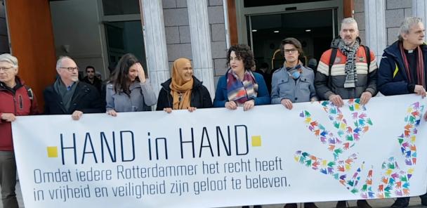 Hand in hand voor de moskee afbeelding